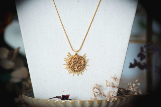 Assuna - Collier Solare Flora - Collier vintage bouton ancien sur estampe solaire