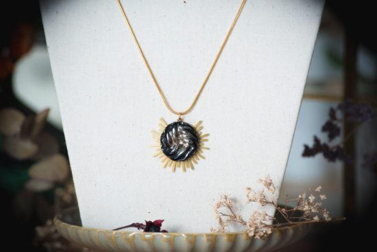 Assuna - Collier Solare Héloïse - Collier vintage bouton ancien sur estampe solaire