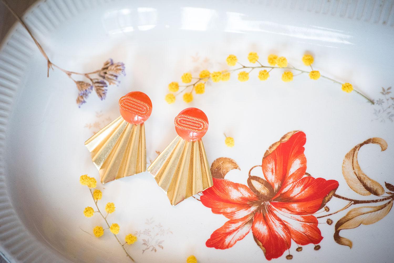 Assuna – Boucles Comète Georgette orange – Boucles d'oreilles bouton ancien sur estampe en éventail