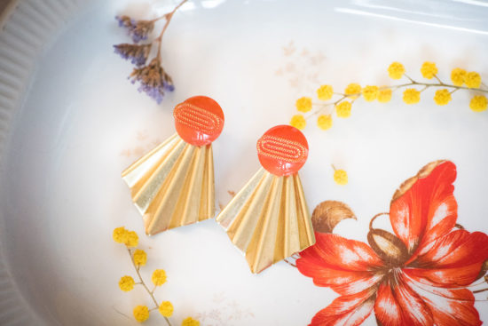 Assuna - Boucles Comète Georgette orange - Boucles d'oreilles bouton ancien sur estampe en éventail
