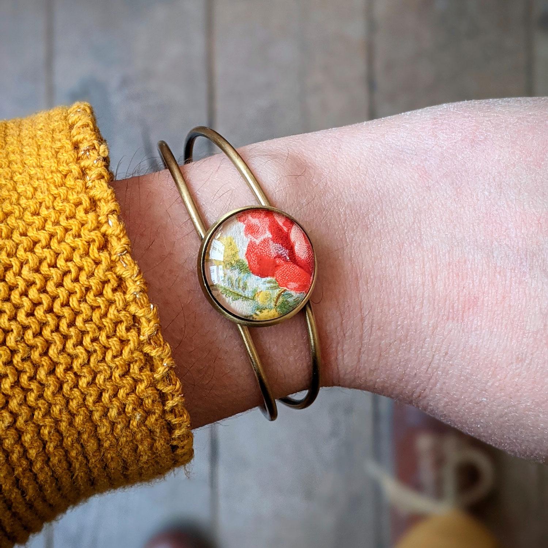 Assuna – Bracelet carte postale ancienne Composition Florale porté