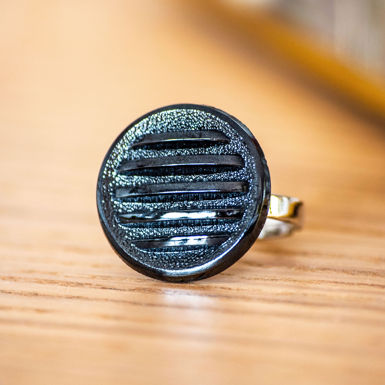 Assuna – zoom Bague Hélène bleue – bouton ancien – inspiration vintage