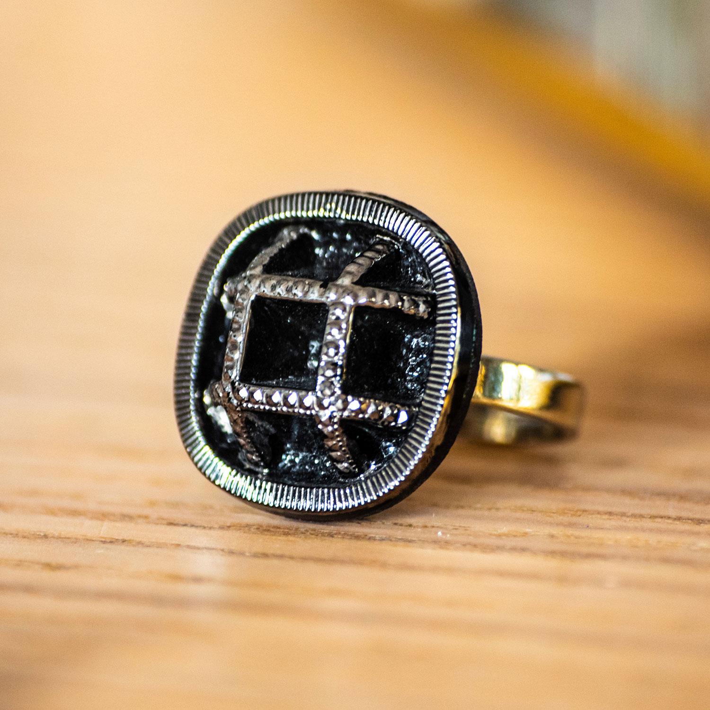 Assuna – zoom Bague Paulette argentée – bouton ancien – inspiration vintage