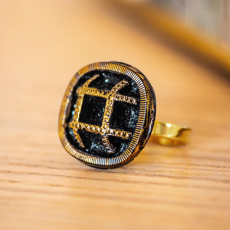 Assuna – zoom Bague Paulette dorée – bouton ancien – inspiration vintage