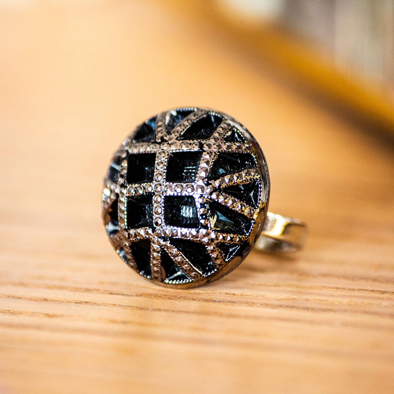 Assuna – zoom Bague Reine argentée – bouton ancien – inspiration vintage