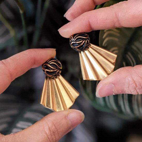 Assuna - Boucles Comète Andrée - Boucles d'oreilles bouton ancien sur estampe en éventail