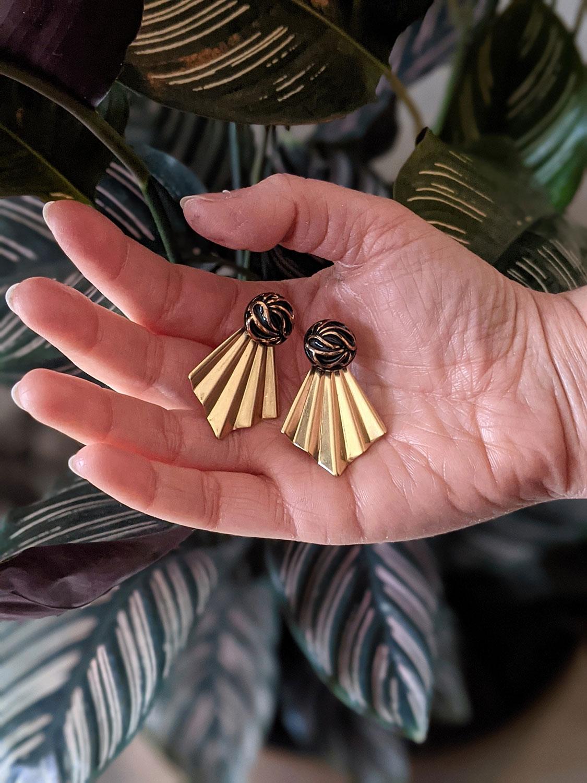 Assuna – Boucles Comète Andrée – Boucles d'oreilles bouton ancien sur estampe en éventail