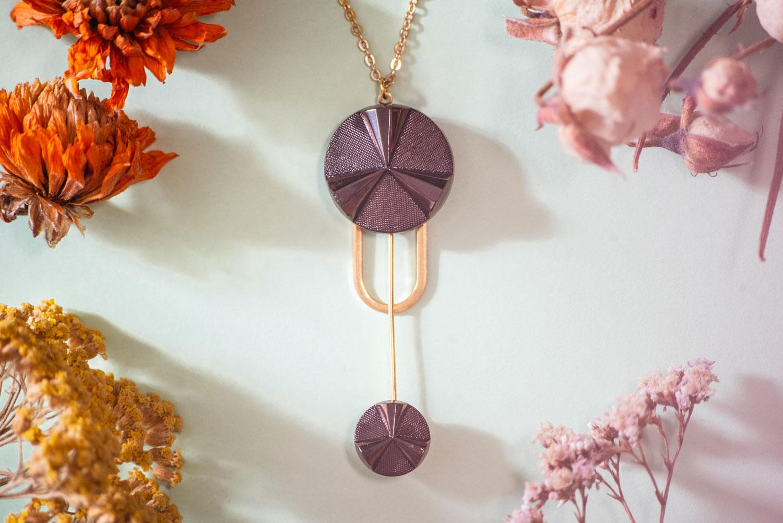 Assuna – Collier Ysée Angèle bronze – bijoux léger géométrique bouton ancien inspiration vintage