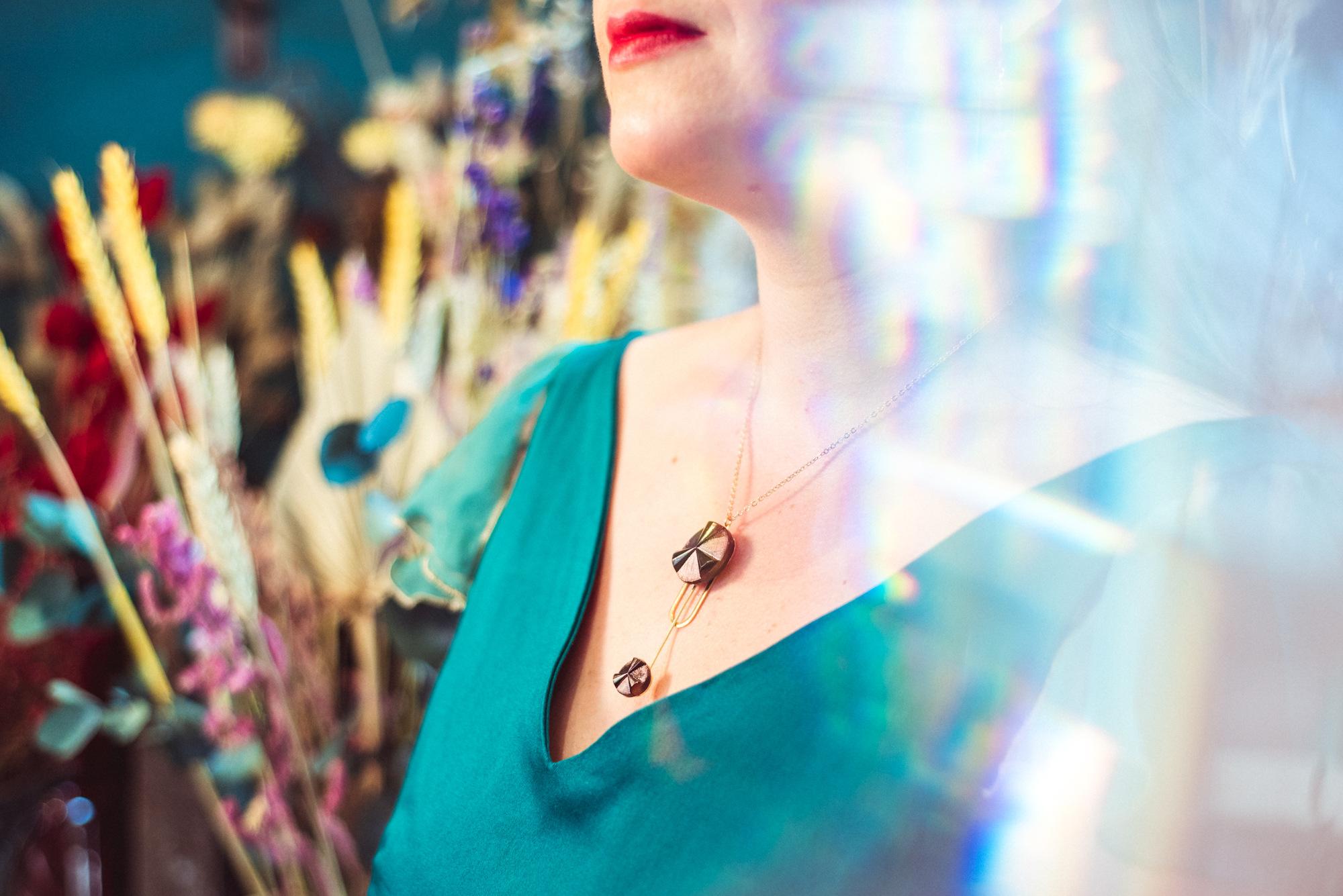 Assuna – Collier Ysée Angèle bronze – bijoux léger géométrique bouton ancien inspiration vintage – look