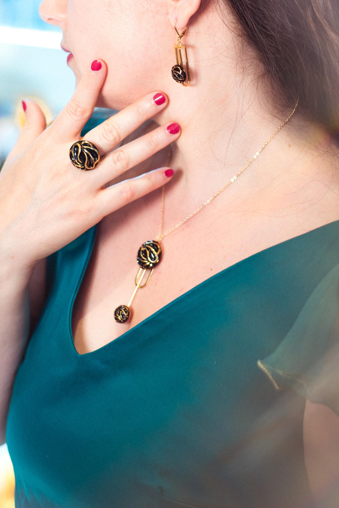Assuna – Boucles Ysée Andrée – bijoux léger géométrique bouton ancien inspiration vintage – look